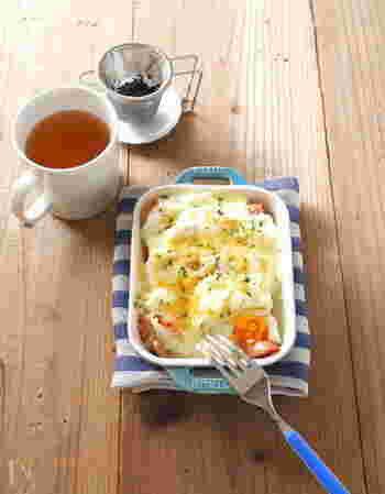 まずはホワイトソースを使ったオーソドックスなパングラタンのレシピからご紹介。食パンは耳を切り落としてから使うのがポイント。ホワイトソースは電子レンジで簡単に作ることができますよ♪