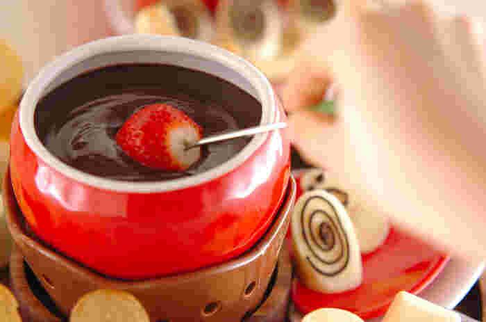 板チョコと牛乳だけあれば、簡単に自宅でチョコレートフォンデュができちゃうんです♡ 細かく刻んだ板チョコと牛乳を小さな鍋に入れて弱火で混ぜながら温めるだけ!どこでもで気軽に買える材料なので、思い立ったらすぐ楽しめますね^^