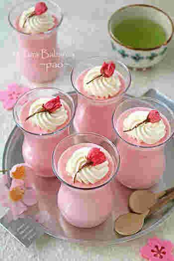 桜あんを主役にしたババロアは、ふわっとした桜が香ります。あんの甘さを活かすために砂糖は使っていません。混ぜるだけの手軽さがうれしいですね。こちらは色素を少し使っていますが、無しでもOK。