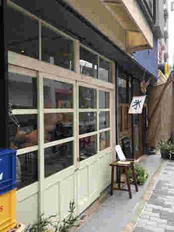 地下鉄・西大橋駅から徒歩4分ほどの場所にある、「べつばら」。また、こちらのお店では、かき氷だけではなくパンも販売されています。