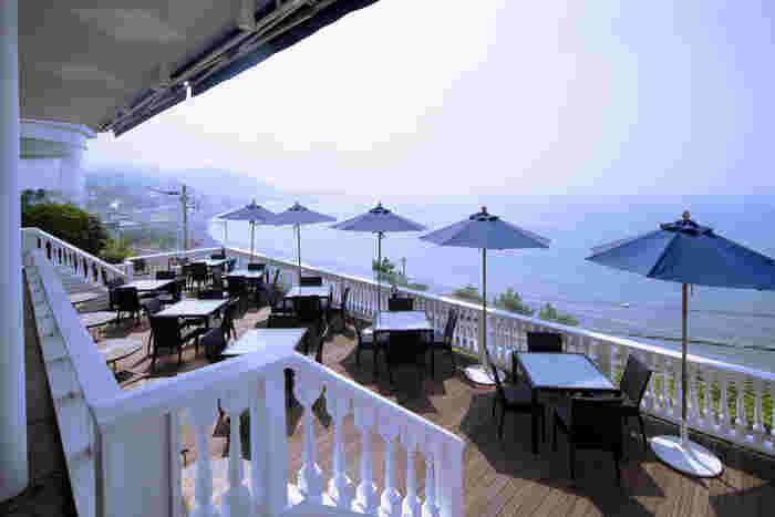 国道134号線沿いの高台にあり、海岸を独占できます。天気の良い日は、テラス席がおすすめです。 眼下に相模湾、江ノ島を見ながら食事を楽しめます。