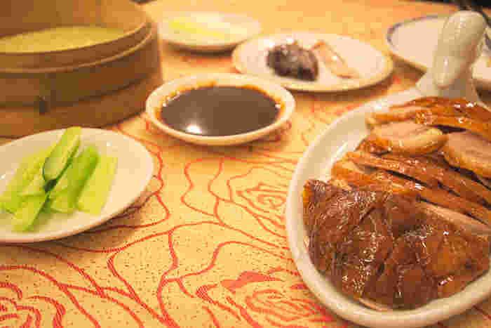 北京に行ったら食べずには帰れない北京ダック。北京に星の数ほどある北京ダックレストランですが、1864年創業の老舗「全聚徳」と1416年創業の老舗中の老舗「便宜坊」は外せません。本場の北京ダックは基本的に丸ごと1羽を注文するので、ボリュームたっぷり。お腹を空かせて出かけましょう。