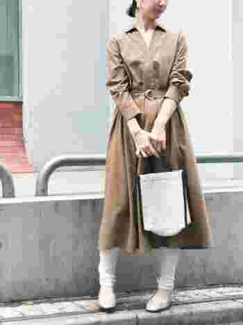 きれいめな秋色のシャツワンピースには白のレギンスをゆとりを持たせつつレイヤード。カジュアル感がプラスされて今っぽいスタイルに。