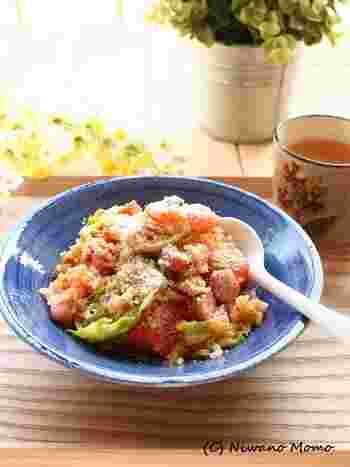 にんにくとトマト、キャベツにウインナーと具材をたっぷりと炒め合わせた洋風ご飯です。トマトを焼き付けるので、ジューシーな風味がアップします。