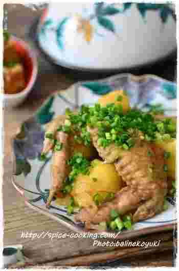 ホロホロの手羽先と、ホクホクに煮えたジャガイモ。思わずご飯を何杯もおかわりしたくなるほど美味しい、和食にピッタリのおかずです。大きめにカットしたジャガイモは、出汁が良く染みこんで美味!