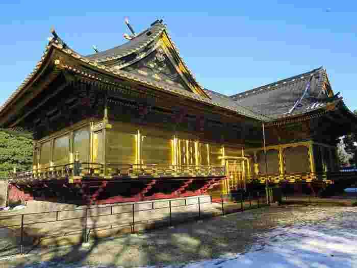 金色に輝く社殿は細部の装飾も素晴らしく、外国人観光客にも大変人気のスポットです。 金色殿とも呼ばれ、こちらも国指定重要文化財となっています。