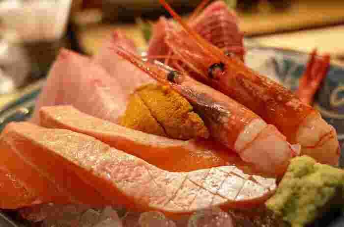 お刺身などで食べる生魚は消化が悪く、まだ消化機能が発達していない時期には適していません。また、食中毒の不安もあるので基本的には3歳以降に少量ずつ食べさせましょう。えびやかになどの甲殻類はアレルギーが出やすいので、NGです。