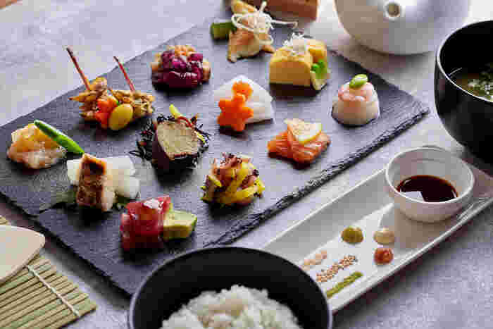 看板メニューは彩り豊かなおばんざいがたくさん並んだ「和色プレート御膳」です。いろんな味を少しずつ味わえるのが嬉しいですね♪体験プランには日本料理のレッスン・着付けプラン・人力車での観光プランなどがあるので、ぜひセットで予約してみてはいかがでしょう?