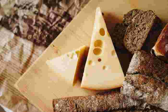 チーズは、たんぱく質、カルシウムが豊富で腹持ちがいい食材です。「モッツァレラ」「カマンベール」などの生乳を固めて発酵させたナチュラルチーズや、加工したプロセスチーズの「スライスチーズ」や「キャンディチーズ」など種類も豊富。自分好みのチーズを選んで楽しみましょう。