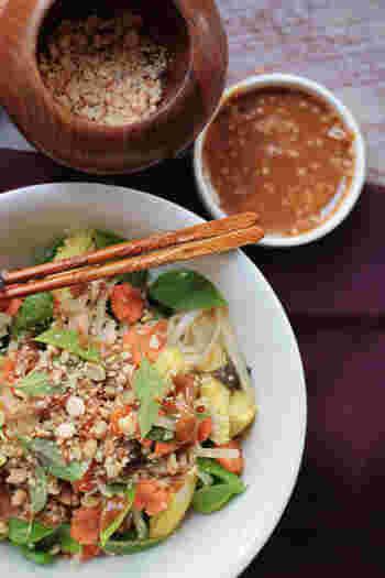 タイ風ピーナッツソースは、麺類など何にかけても抜群の美味しさです。  ピーナッツバター 大さじ1 ごま油 大さじ2 しょうゆ 大さじ2 砂糖 大さじ2 ごま 小さじ1  以上の材料を混ぜるだけで、簡単にできちゃいます。