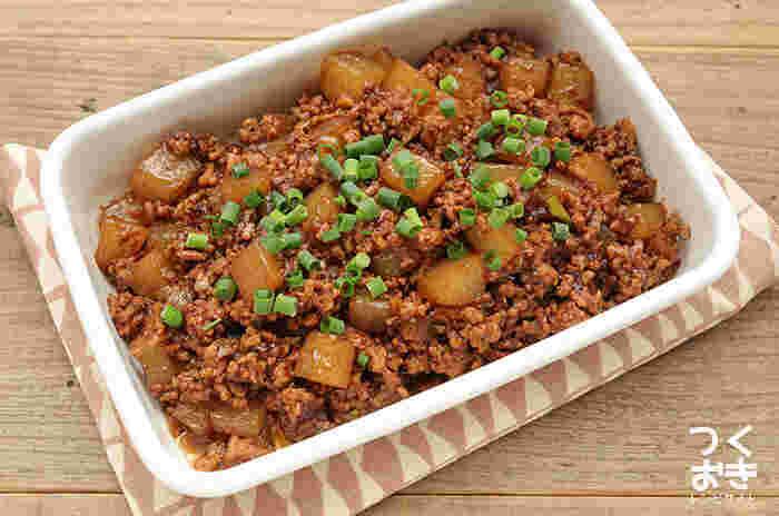 メインのおかずにも匹敵する「麻婆大根」はご飯に乗せても◎。ダイエット中の方はお肉控えめ大根多めで作るとベストです。作り置きできるので、ある日は卵に混ぜてオムレツにするのもおススメ。ピリ辛が美味しい一品です。