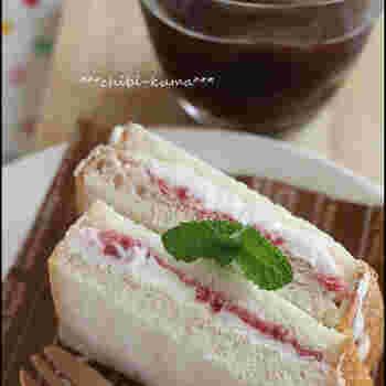 甘いおやつがほしいけれど手間なしで作りたい、というときにおすすめなのがアイスサンドイッチ。ジャムサンドイッチにホイップクリームを加えるだけでおいしいスイーツになります。ホイップクリームがない場合は、好みのアイスクリームを生の食パンに挟んで食べるシンガポール風のアイスクリームサンドにしてもおいしいですよ。