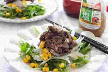 マリネ液の材料は揃わないけれど、焼肉のタレならある……というときにぴったりのレシピ。このようにお肉はもちろん、焼肉の材料が余っているときには、マリネサラダにして食べるのもヘルシーで良いですね。茹でた牛薄切り肉を塩味の焼肉のタレに30分ほど漬け込めば完成。野菜と一緒に盛り付けましょう。