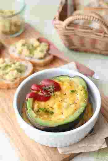 アボガドを半分まるごと豪快に使ったエッグココットは、くり抜いたアボガドに卵液を流してトースターで焼くだけの簡単レシピ。チーズやベーコンをトッピングするとさらに豪華になるので、おもてなしの一品としても覚えておきたいアレンジレシピです。