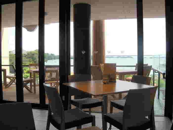 仙台市内から、JR仙石線に乗って約40分。奥の細道でも有名な松島海岸に来たら、おすすめなのがこちら「松美庵カフェ」です。松島湾を一望できるテラスからの眺めは絶景ですよ! 場所も伊達家縁の寺「瑞巌寺」の門前で、観光の合間に休息するのにぴったりです。