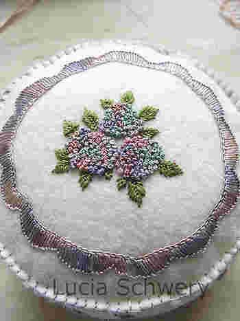 ミモザの花を刺繍する時にマスターしたフレンチノットステッチ。配色を変えたら、こんな素敵な紫陽花になりました。繊細なグラデーションがとてもきれいですね。限られたステッチでも、配色とデザイン次第で多くのバリエーションを生み出せるのが刺繍の面白いところです。