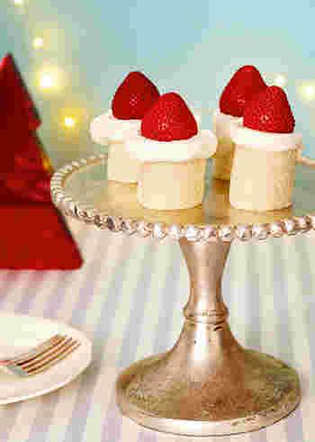 刻んだいちごを入れたクリームをパンでくるっと巻き、その上にクリームといちごをトッピングしたこちらのレシピ。コンデンスミルクやバターはなくても美味しく頂けますが、クリームに混ぜると、ほのかな甘みでより美味しくなりますよ。