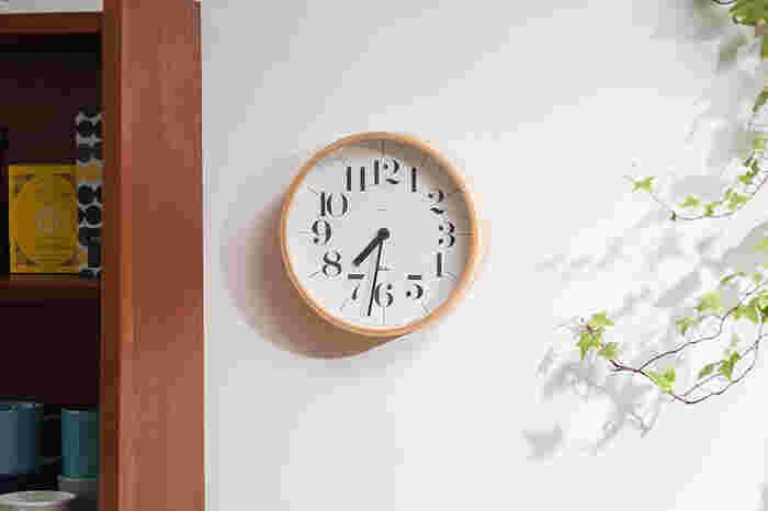 シンプルで見やすさにこだわって作られた時計です。木製の枠に大きめに書かれた数字がはっきりとしていて、遠目で見ても時間が分かりやすそうです。