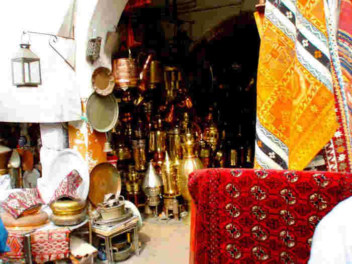 ペルシャ絨毯をさりげなく置くだけでアラビアの香りが漂ってきそう!