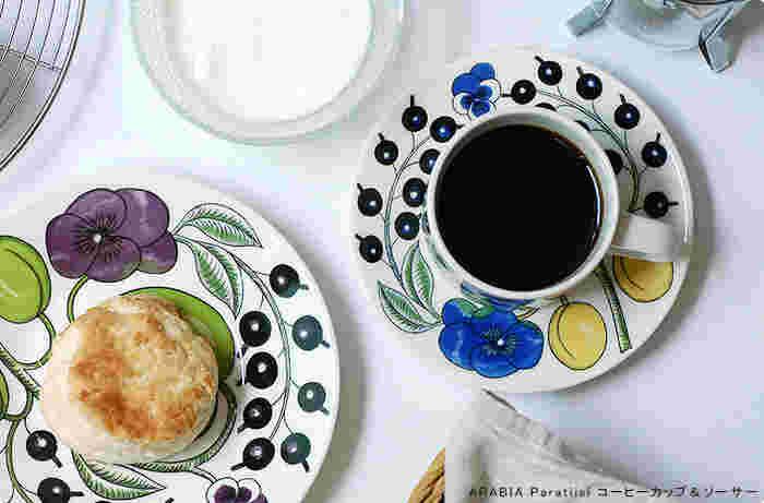 """フィンランド語で""""楽園""""を意味する「Paratiisi」シリーズは、その名があらわすように、草花をモチーフにした華やかな柄が特徴です。ソーサーはケーキやフルーツなどを盛る器として、単独で使用することもできますよ◎。こちらもカップ&ソーサーをはじめ、プレートやボウルなどのアイテムも展開されています。Paratiisiの華やかでおしゃれな食器は、いつものティータイムをより楽しく、豊かな時間にしてくれそうです。"""