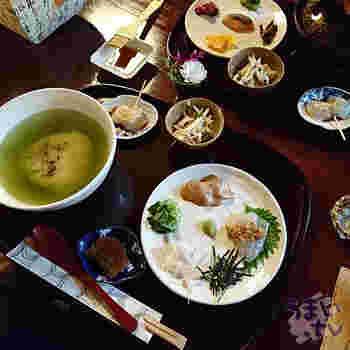 ここを訪れたら、ぜひ食べていただきたいのが「鯛だし茶漬け」です。鯛みそを詰めた焼きおにぎりに、新鮮な鯛と薬味をのせ、色鮮やかな抹茶風味の特製だしでいただきます。