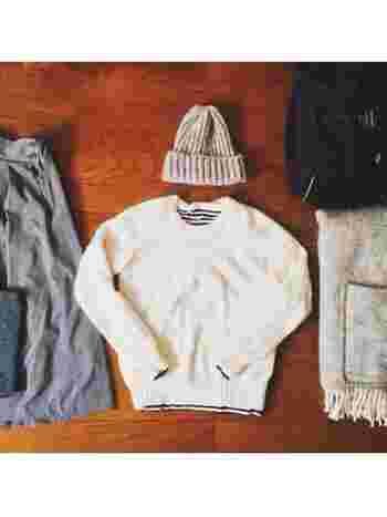 丸首のシンプルなニット。中に着たボーダーやシャツの柄を、襟元や袖口から覗かせてポイントに。