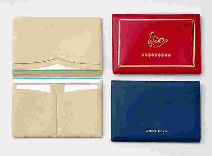 お金の管理に欠かせない通帳ケースもありますよ。通帳が3冊、カードが2枚入ります。パスポート入れにしてもOK。裏には「大切にしましょう」の文字が。落ち着いた5色展開なので、どれを選んでも飽きずに長く使えます。持ち運びにも保管にもおすすめです。