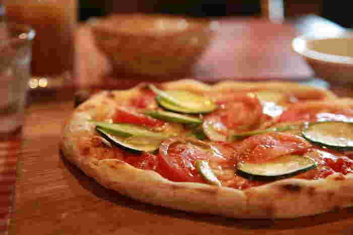 トマトとズッキーニのピザ。みずみずしいトマトがとっても美味しそう!