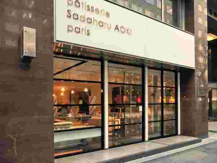 東京メトロ「有楽町」駅に直結、JRの有楽町駅から徒歩約2分の距離にある、マカロンやケーキが有名な「パティスリー・サダハルアオキ・パリ (Patisserie Sadaharu AOKI paris)」。パリを拠点として活躍しているパティシエ青木定治氏の見事なスイーツは、世界中で大人気。