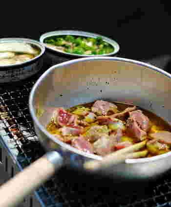 アヒージョとは、キノコや魚介類などをニンニクとオリーブオイルで煮込んだもの。スペインの代表料理のひとつでもあり、アヒージョはスペイン語で「ニンニク風味」という意味を指します。