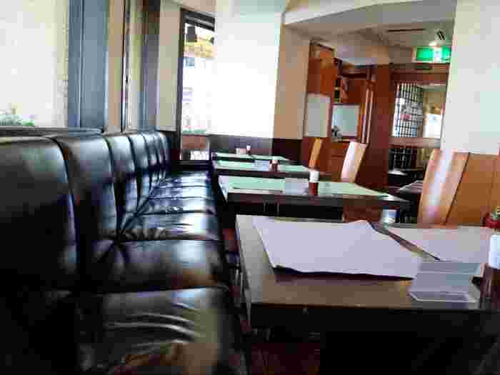 黒いソファがシックな店内。老舗の重厚さがありつつも、気軽にいただける洋食屋さんとして地元をはじめ、多くの方に親しまれています。かつてジョンレノン夫妻も訪れたそう。