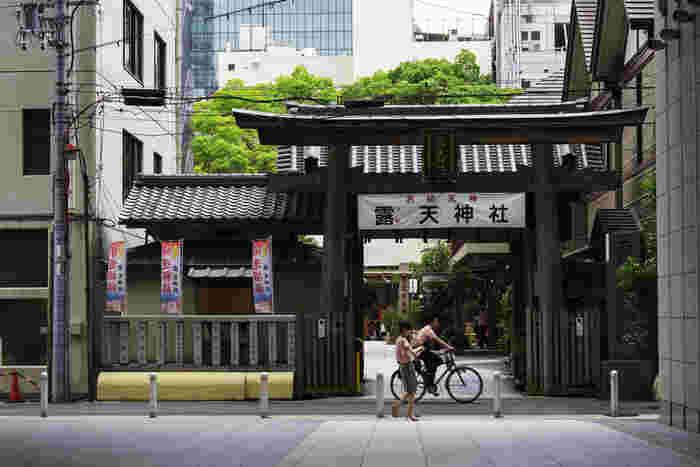 「お初天神」の愛称で親しまれている露天神社は、700年に創建された1300年もの歴史を誇る由緒ある神社です。この地は、江戸時代の元禄16年に美貌の遊女「お初」とその恋人の「徳兵衛」が心中を成し遂げ、永遠の愛で結ばれた地です。お初と徳兵衛の心中事件はたちまち有名となり人形浄瑠璃や歌舞伎などで「曾根崎心中」として現在でも上演され続けています。