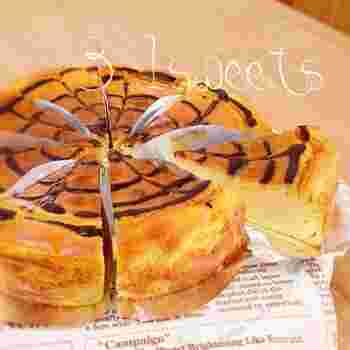 さつまいもをレンジでチンして混ぜて焼くだけのしっとり優しい甘さのさつまいものチーズケーキ。簡単に作れるのに見た目は華やか!
