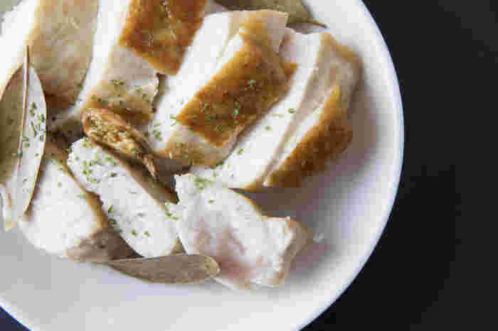 あっさり淡白な味の鶏むね肉は「焼く」「煮る」「揚げる」と、どんな調理法でも美味しくいただける万能食材。 今回はそんな鶏むね肉のおすすめのレシピを一挙ご紹介していきたいと思います♪