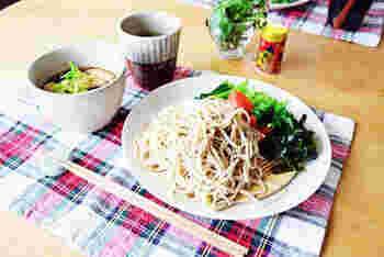 鶏ささみや椎茸でだしを取った味わい深い鶏汁に、手打ち蕎麦をつけていただきます。野菜やワカメなども添えれば、バランスもいいですね。