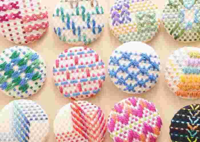 布目を数えながら刺す「スウェーデン刺繍」。先の曲がった針を使い、織目の下をすくって階段のように上がり下がりしながら模様を作っていきます。簡単なステッチが多く、初心者でも楽しめる刺繍です。