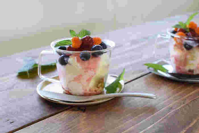 グラスと金属のコーディネートも新鮮です。冷たいアイスクリームも冷たいまま楽しむことができますね。