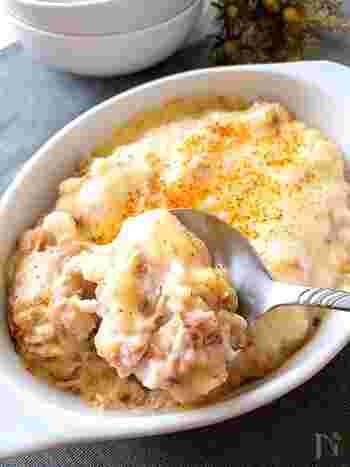 長芋たっぷり♪たたき長芋とツナのグラタンです。粉は使わず、長芋メインのシンプルな材料で作ります。めんつゆを使った和風味でさっぱりと、かつお節の香りが美味しい一皿。長芋は八割くらいをたたき潰すのがポイントなのだそう。少し形の残った長芋の食感を楽しんで♪