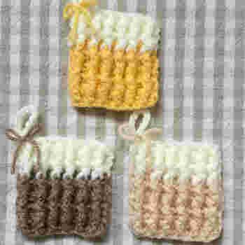 フワフワのワッフル編みで作ったものは、厚みがあって使いやすそうです。バイカラーの色使いを考えるのも楽しそう!