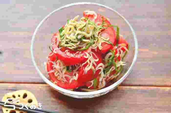 トマトを切って、しらすや大葉、調味料と和えるだけの簡単な副菜のレシピです。暑くて食がすすまない日にもさっぱり食べられます。