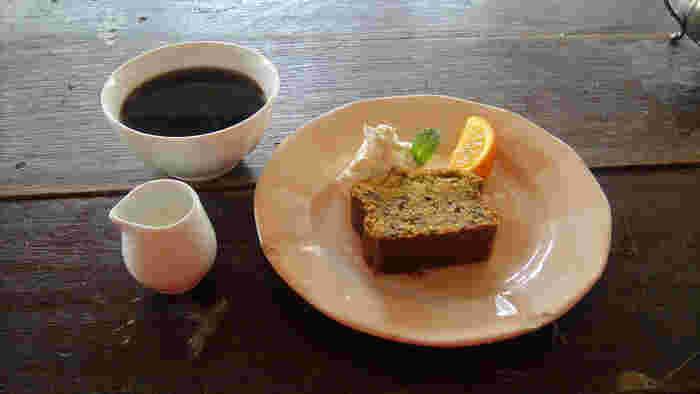 鎌倉山の自然が近いことから、あえてBGMを流していない店内。鳥の声や風に吹かれる木々音を感じながらゆっくり過ごすことができます。カフェオレボウルでいただくコーヒーやスイーツと共に、癒しのひとときを楽しんでみては?