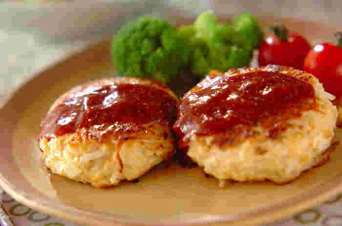 みんな大好きなハンバーグ!鶏ひき肉にもやし・にんじん・タケノコを入れて。もやしでボリュームアップとカロリーオフが叶う、嬉しいレシピです。お弁当のおかずとしても活躍しそう♪