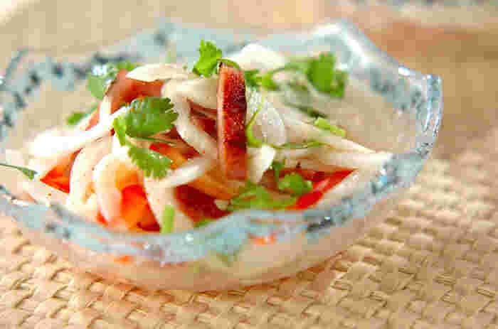 ポークランチョンミート、玉ねぎ、赤パプリカ、パクチー、ナンプラーで作るエスニックサラダ。彩りも美しいエスニックサラダは夏のおつまみサラダとして美味しくいただけそう。