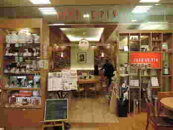 喫茶室の入口横にはコーヒー関連のグッズがずらりと並んでいます。レジでコーヒー豆を購入することも可能です。