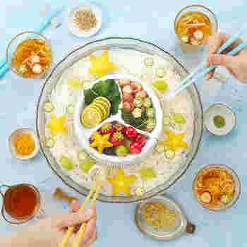 お家での素麺パーティーにおすすめなのが「BRUNO」の流しそうめん。ボタンを押すだけの簡単操作で、ガラスのような透明感が涼しげです。中央は薬味トレーになっているため、ネギや生姜をのせることができます。