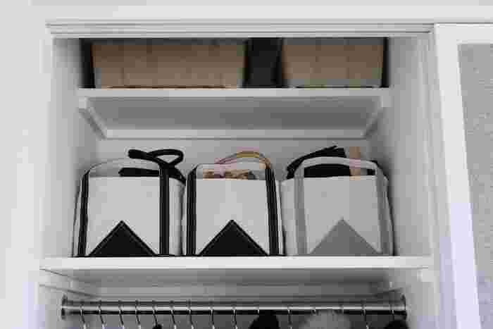 洗練された美しいかたちのバッグはTEMBEAのブックトートです。しっかりとした素材で、その名の通り本を入れることもできる、丈夫なトートバッグです。重さのあるものを入れても安心というのは嬉しいですね。