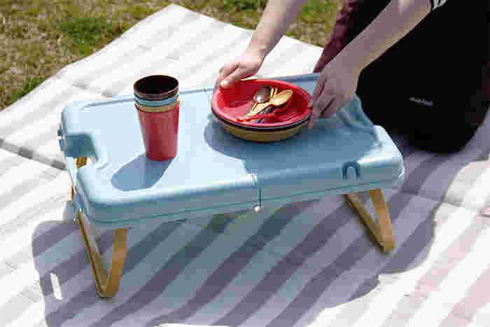 折り畳み式の小さなテーブルがあれば、居心地の良さがもっと増しますよ。実はこちらのテーブルは、カラフルなプラスチックの食器とセットになっているんです。