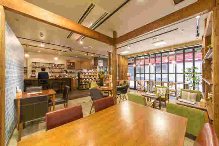 北欧の雰囲気漂う素敵な店内。カウンター席もあり、一人でも気軽に入りやすいのも◎ゆっくりと読書をしながら、こだわりの一杯をいただきましょう♪