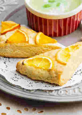 スコーンって少し難しいイメージがあるかもしれませんね。でもホットケーキミックスでも作ることができるんですよ!ヨーグルト入りの生地とトップに飾られたレモンやオレンジとの相性をじっくり味わってみてください。