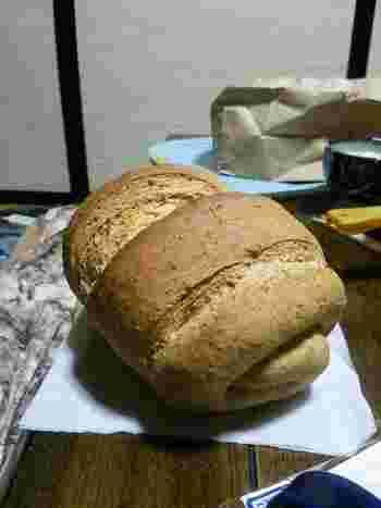 牧場名物の「ロシア黒パン」。ライ麦入りでボリューム満点!スライスしてハムやチーズを載せて、オープンサンドにするのがおすすめですよ。
